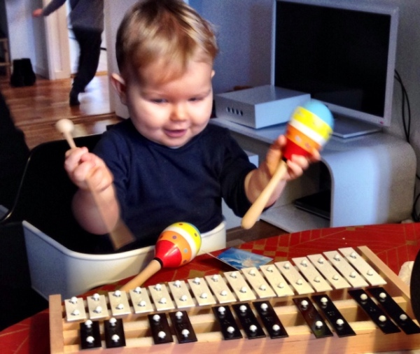 World famous dj and producer Axl Rise gets his first sound effect gear. Much maracas joy in the Jungle Hut. Studio time!