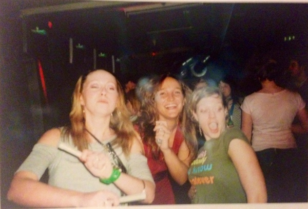 Let's kick this off with a rarity. Bad scan, good vibe! Thanx for the pic, Mariii (are those glowsticks in your hands? Applaus!)
