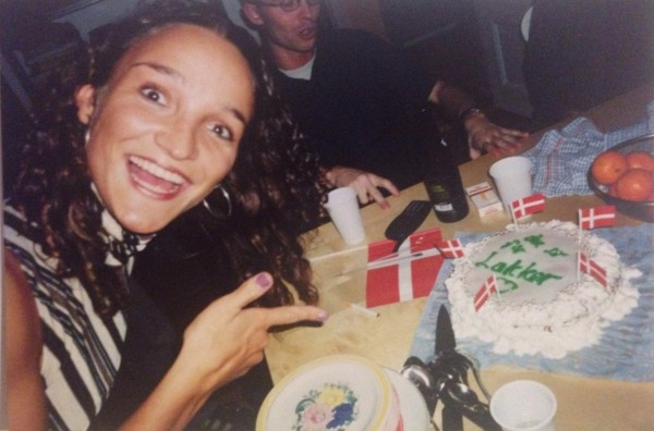 This is the I Love My Cake handsign! From the year 2000, people! In the background, behind the cake, dj Nis is using 'I am going to win this discussion' hand signs.