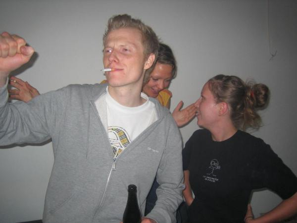 Here's another case of Secret Junglism. We are at a Jeff Mills party. (That's techno, for those of you who don't know that kind of stuff), and we kindap this guy, takes him to the Jungle Hut and transforms him into a juunglist with our secret Junglist Powers (succesfully, as you can see in this photo).